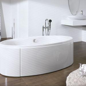 W sąsiedztwie eleganckiej wanny z serii Hoesch Badewanne Midi znajdują się gustowne białe dodatki. Fot. Hoesch