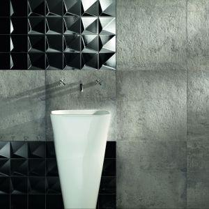 Elegancka stojąca umywalka została wyeksponowana na tle płytek z serii Berlin Tubądzin. Fot. Tubądzin