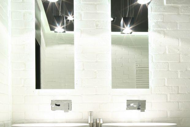 Surowa prostota i sporo światła – takie były podstawowe założenia projektu łazienki. Przeznaczona wyłącznie do dyspozycji pani i pana domu jest miejscem zarówno na poranną toaletę, jak i relaksującą kąpiel.
