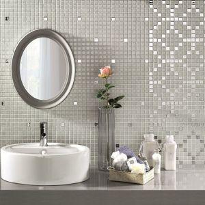 """Na powierzchni białej mozaiki z serii Luxe Alttoglass """"mrugają"""" srebrne kostki, z które układają się także w efektowny wzór. Fot. Alttoglass"""