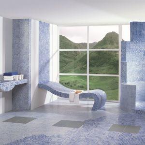 Estepona azul z oferty Ceramiki Paradyż to piękna mozaika w różnych odcieniach niebieskiego, sprawdzi się w łazience w morskim stylu. Fot. Ceramica Paradyż