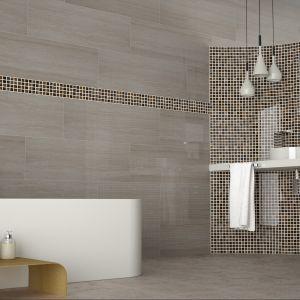 Producent Terracota Pavimentos De Gres oferuje kolekcję Halifax Trave and Garonne: to płytki bazowe 30x90 cm i mozaika w czekoladowym odcieniu zaprezentowana na półokrągłej ściance w strefie umywalki. Fot. Terracota