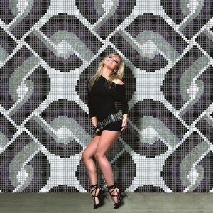 Połyskująca mozaika Chains Gold marki Onyx przyciąga uwagę oryginalnym wzorem łańcucha. Fot. Onyx