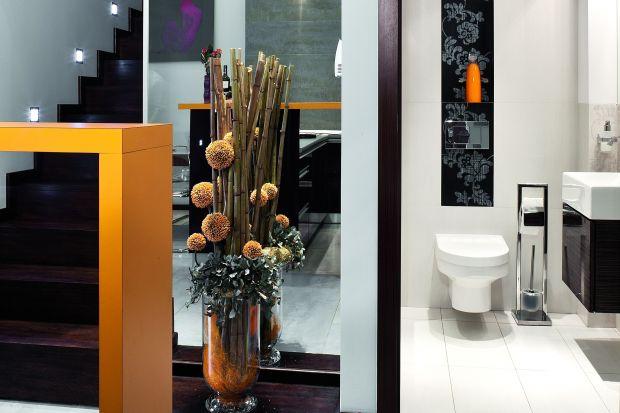 Toaleta dla gości w bieli i czerni – ozdobiona kwiatowymi dekorami