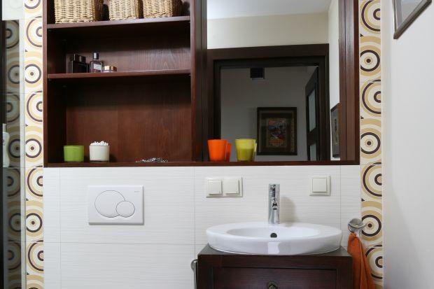 Właściciele tego domu lubią polować na całym świecie na rzeczy, niekoniecznie nowe, do wyposażenia domu. W toalecie gościnnej takim trofeum jest szafka w stylu orientalnym i obrazy.