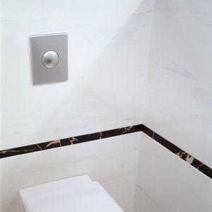 Szerokie pasy białego marmuru na ścianach przeplatają się  z cienkimi marmurowymi listwami o niemal czarnej barwie i pasem luster. Fot. Paweł Supernak