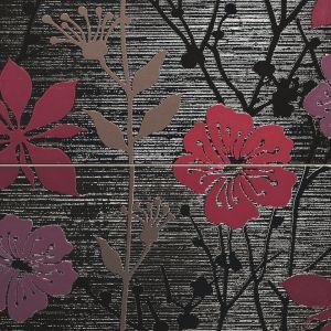 Motyw kwiatowym: fioletowe polne kwiaty na grafitowym tle o fakturze płótna. Z kolekcji Ren Tubądzin. Fot. Tubądzin