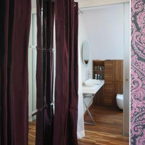 Łazienkę i sypialnię dzieli garderoba. To prawdziwe królestwo pana i pani domu. Fot. Bartosz Jarosz