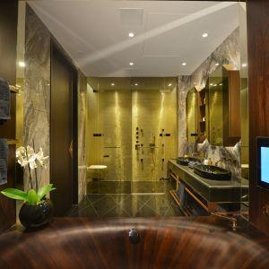 """Łazienka w mieszkaniu pokazowym """"Casa Forma Apartment"""". Wannę wykonano z dębu wędzonego, o jedwabistym połysku. Ściany i elementy sufitowe wykonano z tego samego drewna. Część ściany posiada zintegrowany płaski ekran."""