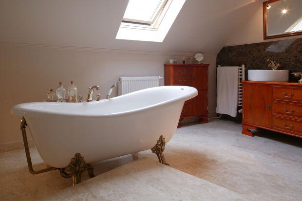 Lakier czy lakierobejca? Zobacz jak pięknie można wykończyć drewno w łazience