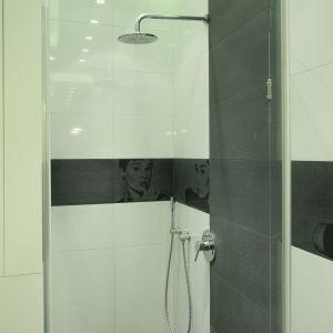 Ceramiczny dekor z podobizną filmowej gwiazdy przechodzi także prze środek ściany we wnęce prysznicowej; armatura prysznicowa marki Grohe. Fot. Bartosz Jarosz