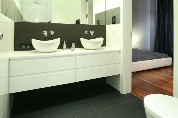 Niewielka łazienka została zaprojektowana zdbałością omaksymalne wykorzystanie przestrzeni oraz odetale, które starannie dopracowane, sprawiają, że wnętrze jest szykowne, ale zaaranżowane zumiarem.