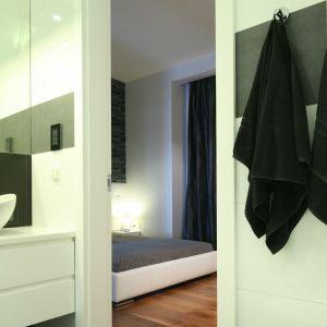 Łazienka przy sypialni pani i pana domu jest urządzona z elementami stylu glamour, mimo to jest nowoczesna i uniwersalna. Fot. Bartosz Jarosz