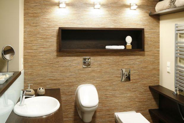 Domowa łazienka z pisuarem – oryginalne wnętrze w klasycznych brązach