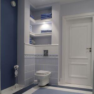 Wnęki nad sedesem pozwalają lepiej uporządkować przestrzeń i schować np. ręczniki. Fot. Monika Filipiuk-Obałek