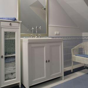 Duże lustro oraz białą szafka z IKEA dodają łazience lekkości. Fot. Monika Filipiuk-Obałek