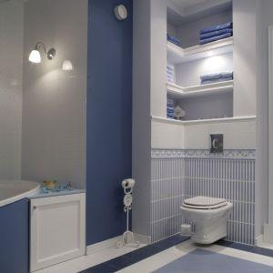 Biel i różne odcienie niebieskiego na płytkach marki  Brennero Ceramiche sprawiają, że łazienka wygląda bardzo świeżo. Fot. Monika Filipiuk-Obałek