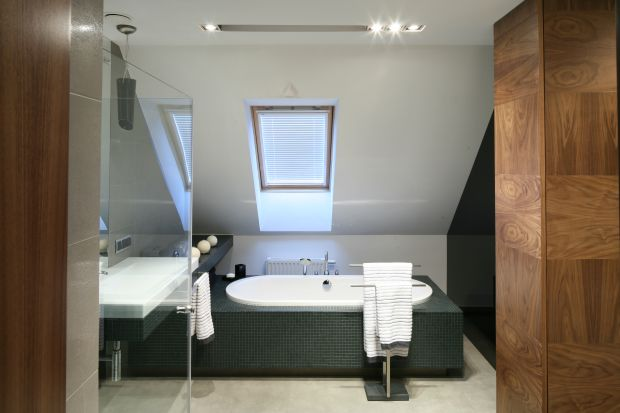 Wolno stojąca wanna umieszczona dokładnie pod skosem dachowym oznacza relaks w kąpieli z widokiem na niebo. Któż nie marzy o takiej łazience?<br /><br />