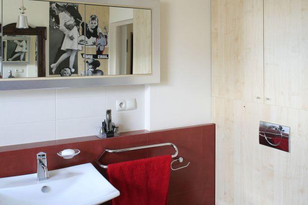 Wstylowym saloniku kąpielowym jestwanna i kabina prysznicowa, co oznacza, że wnętrze jest funkcjonalne. Ale nie brakuje tu aranżacyjnych smaczków jak drewniana toaletka, stare lustro i... fotosy gwiazd kina.