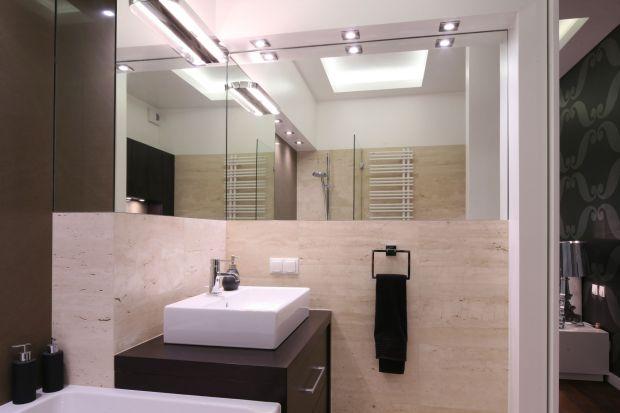 Rodzinna łazienka z pięknym trawertynem – elegancka i funkcjonalna