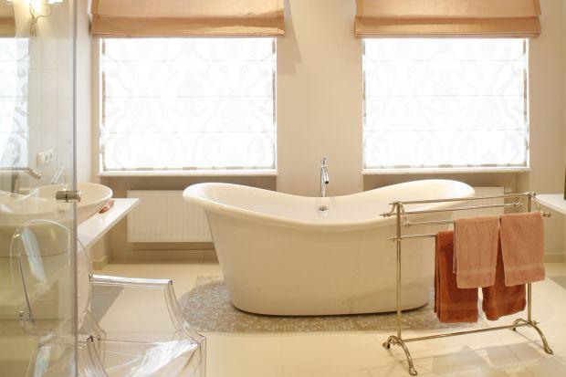 Salon kąpielowy znajduje się naprzeciwko małżeńskiej sypialni i podobnie jak ona, utrzymany jest w subtelnej tonacji kobiecego, pudrowego beżu.