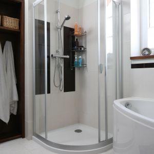 Wygodę korzystania z kabiny prysznicowej zapewnia kolumna prysznicowa z deszczownicą oraz termostatem firmy Kludi. Ażurowa półeczka mieści szampony i płyny kąpielowe dla całej rodziny. Fot. Bartosz Jarosz