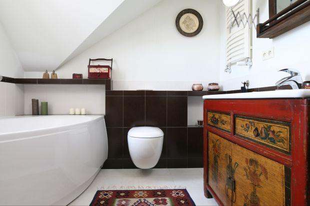 Spokój i piękny widok za oknem – to łazienka stworzona do wypoczynku dla rodziny. Skosy dachowe tworzą przestrzeń sprzyjającą wyciszeniu. Pamiątki z podróży kojarzą się z wakacjami w ciepłych krajach.
