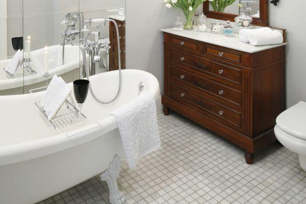 To łazienka przy sypialni stworzona z myślą o relaksie pani domu. Wnętrze, zaprojektowane w klimacie retro, znajduje się w ponad stuletniej kamienicy i posiada szczególny klimat.