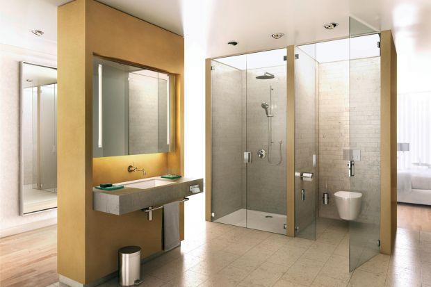 Szklane ścianki działowe zwiastują nowy trend w urządzaniu łazienki. Teraz nie dzielimy przestrzeni, a raczej łączymy. Aby wyznaczyć poszczególne strefy wystarczy szklana ścianka. Stała albo przesuwana.