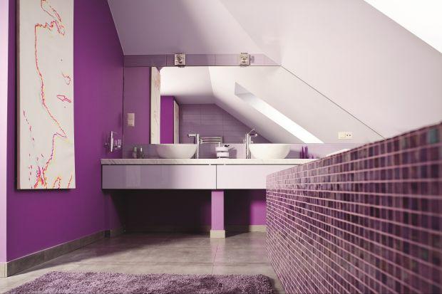Zamiast wieszać, można lustra przykleić do ściany. Mogą wtedy służyć nie tylko do przeglądania się, ale też powiększania łazienki. Taki sposób montażu pozwala na realizację niezwykłych pomysłów.