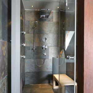 W tej łazience wnęka prysznicowa została zamieniona w prawdziwą strefę SPA. Zainstalowano ty dysze boczne do hydromasażu, rączkę prysznicową o dużej średnicy i deszczownicę o ciekawej geometrycznej formie. Proj. Katarzyna Koszałka. Fot. Bartosz Jarosz