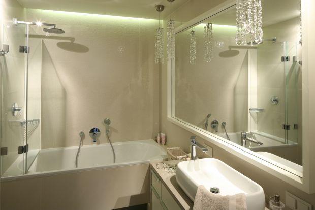 Kąpiel w strugach wody płynących z głowicy deszczowej to czysta przyjemność. Aby była komfortowa strefę prysznicową trzeba właściwie zaprojektować. Zobacz jak zrobili to architekci.