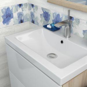 Niebieskie kwiaty na białym tle - to dekory płytek z serii Akwi firmy Cersanit. Fot. Cersanit
