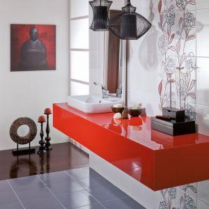 Kobieca łazienka z kwiatowymi dekorami zaskakuje płytkami z serii Daria marki Opoczno. Fot. Opoczno