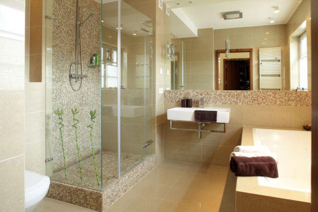Elegancka łazienka: tak połączysz beże i brązy. Pomysły architektów