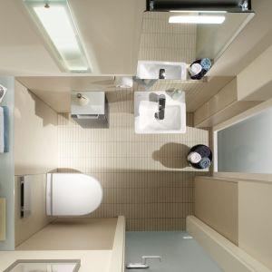 Toaleta gościnna z serią wyposażenia łazienkowego Subway firmy Villeroy&Boch – jest tu sporo miejsca do przechowywania. Drobiazgi można trzymać w szafkach lustrzanej i bocznej oraz na półce wymodelowanej nad sedesem. Fot. Villeroy&Boch