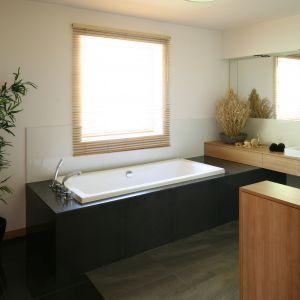 Wybór miejsca na wannę był dosyć oczywisty – wyznaczyło je okno. Zwłaszcza wieczorem kąpiel w wannie zyskuje dodatkowy klimat, a w dzień jest tu sporo światła dziennego. Fot. Bartosz Jarosz