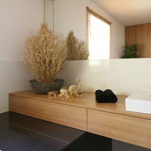 Szeroki blat podumywalkowy, wsparty z jednej strony na  obudowie wanny, oferuje trzy szuflady. Fot. Bartosz Jarosz