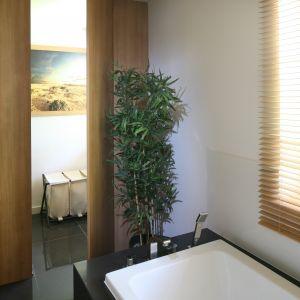 Umieszczona w tym samym pomieszczeniu pralnia jednak oddzielona za pomocą ścian działowych z płyty laminowanej. Fot. Bartosz Jarosz