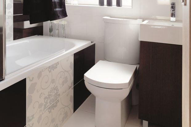 Oto przykład, że na niespełna 3 metrach kwadratowych można urządzić salonik kąpielowy. Z wanną, prysznicem, kwiatami. Zmieściły się też schowki, a mimo to łazienka wciąż wydaje się przestronna.