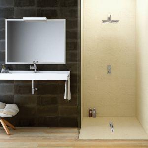 Elastyczne tworzywo Silex Privilege firmy Fiora nadaje się na ściany i brodziki. Można je dowolnie przycinać. Jego powierzchnia z nanotechnologią sprawia, że krople wody są od niej odpychane. Fot. Fiora