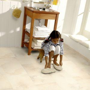 Biopodłoga to pomysł na szybką metamorfozę łazienki, np. w wynajmowanym mieszkaniu. Okładzina Purline eco firmy Wineo składa się w 90% z materiałów odnawialnych. Odporna na wycieranie i zniekształcenia (np. pod ciężkimi meblami). Fot. Wineo