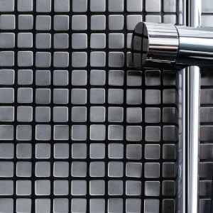 Metal w łazienkach sprawdza się jako mozaika – można wybrać kolor (np. stal, miedź, aluminium) czy wielkość kostek. Na zdjęciu: mozaika Dinox008 firmy Dunin. Fot. Dunin