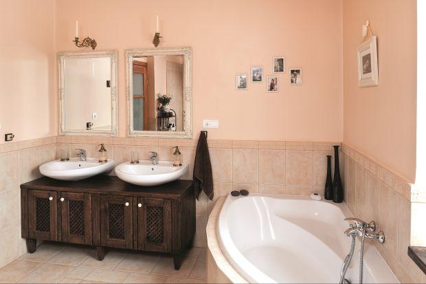Właściciele preferują naturalne materiały i kolorystykę. Beże, brązy, drewno przewijają się w całym domu. Obecne są także w łazience.