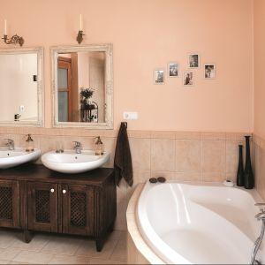 Łazienkę urządzono w beżach. Szafkę pod umywalki zaprojektowała pani domu. Jest wykonana z bejcowanego na brąz drewna. Ma porcelanowe uchwyty. Fot. Bartosz Jarosz