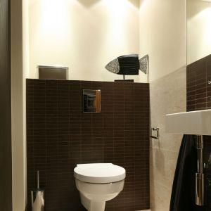 Strefa sedesu w łazience także może być elegancko podświetlona. Proj. Lucyna Kołodziejska. Fot. Bartosz Jarosz