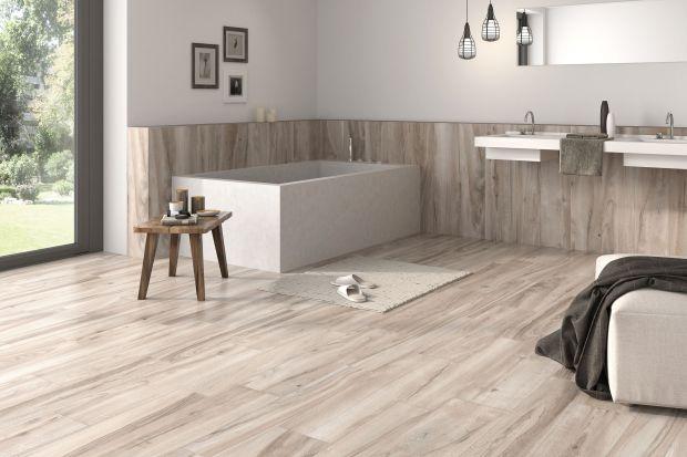Podłoga łazienki także może zaskakiwać. Wystarczy dobrać ciekawe płytki ceramiczne – np. te imitujące naturalne drewno lub korespondujące z kolorystyką ścian.