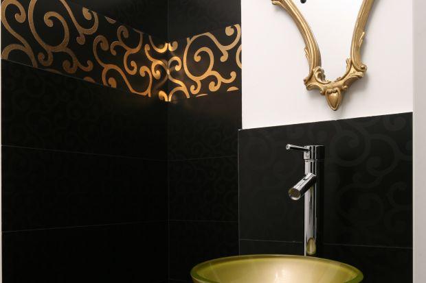Historia tej łazienki zaczęła się od czarnych płytek dekorowanych złotem, które zachwyciły panią domu. Tak powstało wnętrze wyjątkowe: oryginalne, odrobinę tajemnicze i wzbudzające podziw gości.