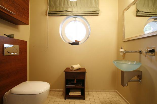 Toaletazyskuje całkiem nowe oblicze dzięki ciekawemu połączeniu drewna z kamieniem. Zastosowany tu trawertyn jest materiałem niezwykle trwałym, o naturalnej, porowatej strukturze.