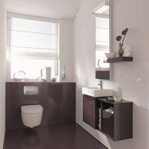 Można go instalować nawet przy oknie - Objekt WC  marki Jomo to podtynkowy stelaż do kreatywnego  projektowania łazienek. Możliwość kompletowania z  designerskimi przyciskami spłuczki. Cena: ok. 600 zł.  Fot. Jomo/Werit